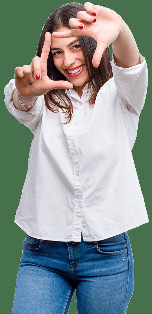 Femme faisant le logo TECHNICAM